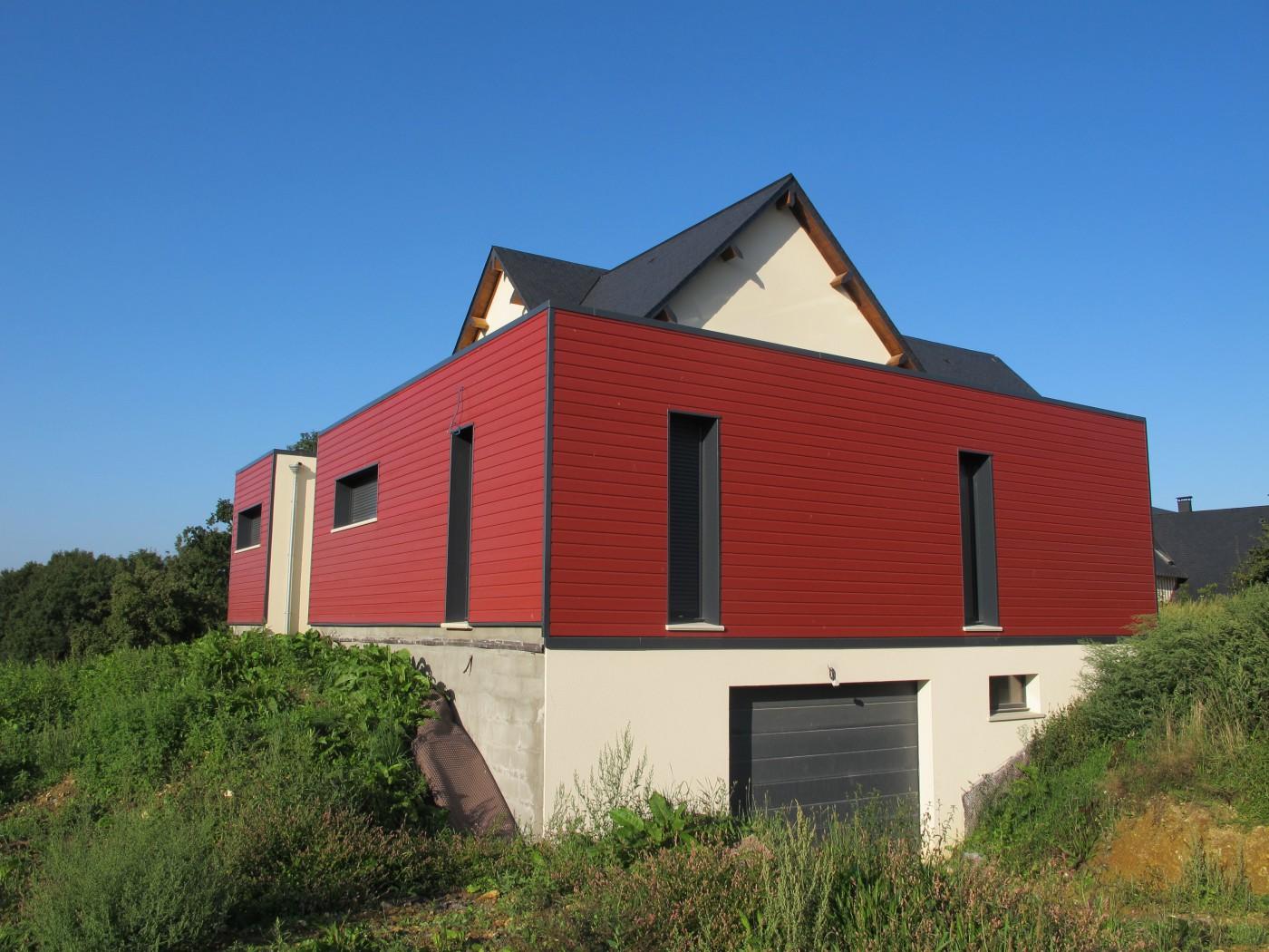 Bardage rouge : une peau en volume qui fait chanter la maison.