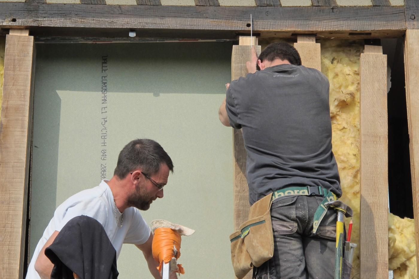 Ils les remplacent par des poteaux, linteaux et tournisses en chêne vieilli.