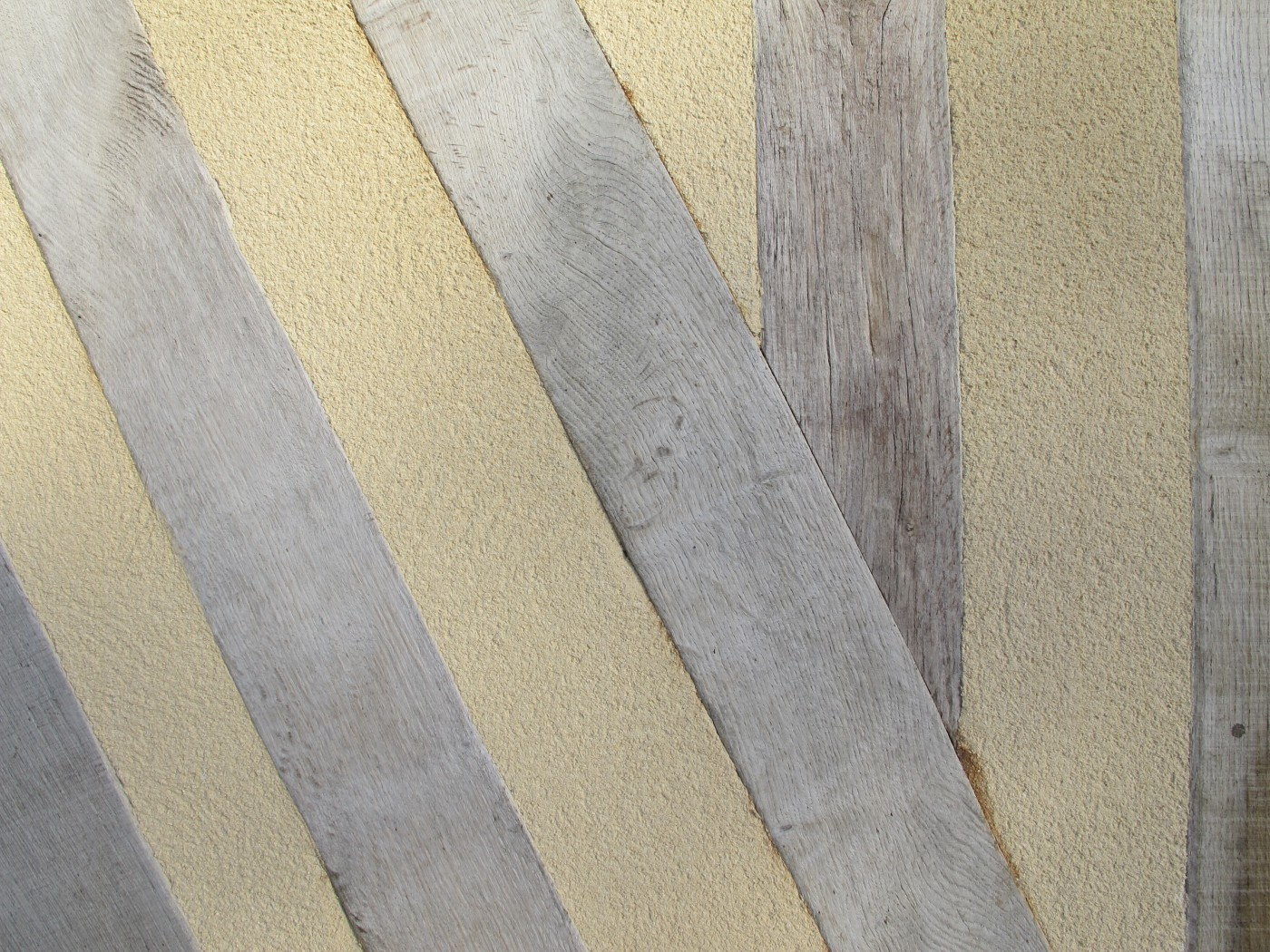 Les entre-colombages ont été comblés par un mélange chaux et copeaux de bois aux propriétés écologiques, thermiques et acoustiques intéressantes.