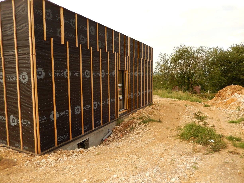 La maison à ossature bois en cours de construction. L